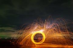 在石头的摇摆火漩涡钢丝绒轻的摄影与在水长的曝光速度行动样式的反射 库存照片