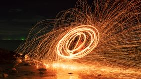 在石头的摇摆火漩涡钢丝绒轻的摄影与在水长的曝光速度行动样式的反射 库存图片