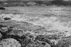 在石头的沿海波浪断裂 黑海,新罗西斯克,俄罗斯 免版税库存照片