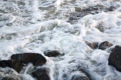 在石头的海波浪 免版税库存图片