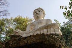 在石头的白色菩萨雕象在泰国的寺庙 库存图片