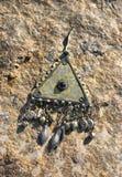在石头的耳环在晴天 免版税库存照片