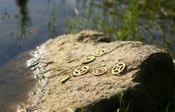 在石头的项链在晴天 图库摄影