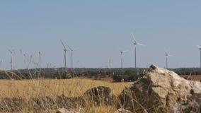 在石头背景的风轮机在西班牙的沙漠 影视素材