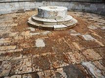 在石头里面的被排泄的喷泉 库存图片