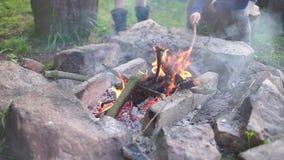 在石头附近的燃烧的火 影视素材