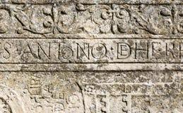 在石头雕刻的古老拉丁题字 库存图片