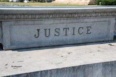 在石头雕刻的正义标志 免版税库存照片