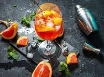 在石委员会的鸡尾酒饮料 酒精饮料用葡萄柚和冰 免版税库存照片