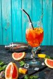 在石委员会的鸡尾酒饮料 酒精饮料用葡萄柚和冰 免版税图库摄影