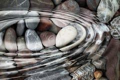 在石小卵石的水波纹 库存图片