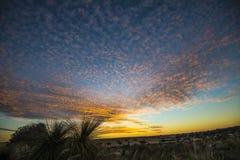 在石峰沙漠附近的日落在西澳州 库存照片