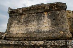 在石平板的古希腊题字 免版税库存照片