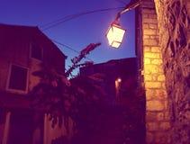 在石房子的灯在克罗地亚 免版税库存图片