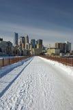 在石曲拱桥梁的雪,米尼亚波尼斯,明尼苏达,美国 图库摄影