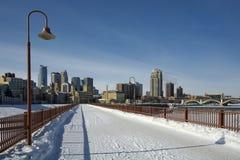 在石曲拱桥梁的雪,米尼亚波尼斯,明尼苏达,美国 库存图片