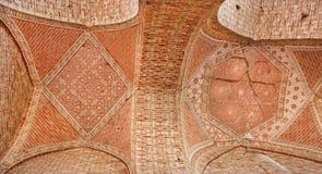 在石曲拱的样式在Soltaniyeh历史陵墓圆顶天花板  库存照片
