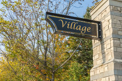 在石柱子的村庄标志 库存照片
