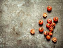 在石桌上的湿蕃茄 库存图片