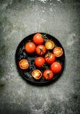 在石桌上的湿蕃茄 免版税库存照片