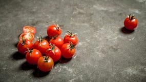 在石桌上的湿蕃茄 图库摄影