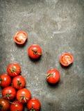 在石桌上的湿蕃茄 免版税图库摄影