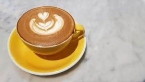 在石桌上的热的咖啡 免版税库存照片