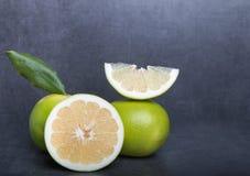 在石桌背景的糖果葡萄柚 免版税图库摄影