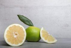 在石桌背景的糖果葡萄柚 库存图片