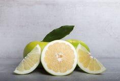 在石桌背景的糖果葡萄柚 免版税库存图片