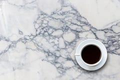 在石桌背景顶视图的加奶咖啡杯子 免版税库存照片