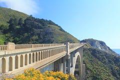 在石桥梁的美丽自然海景有山的和蓝色 库存图片
