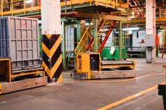 在石油化学制品的生产部门,有天花板的,管子,商品运输的自动台车炼油厂 免版税库存照片