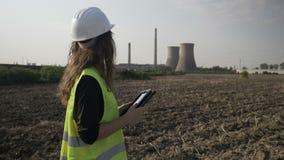 在石油炼厂附近设计检查和计算与电子设备片剂个人计算机环境污染数据- 股票录像