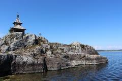 在石海岛上的木教会 免版税库存图片