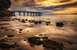 在石海滩的日出在Murrays海湾跳船 库存照片