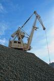 在石渣堆的起重机  免版税库存照片