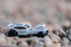 在石渣的玩具汽车 免版税库存图片