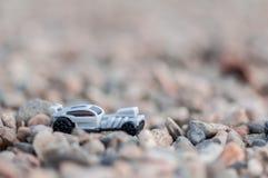 在石渣的玩具汽车 免版税图库摄影