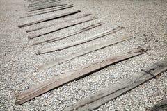 在石渣的老木睡眠者 没有路轨的被放弃的铁路 免版税库存图片