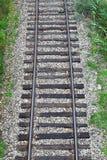 在石渣的老铁路轨道 库存照片