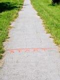 在石渣道路的橙色起动线 免版税图库摄影