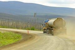 在石渣高速公路的卡车 免版税库存图片