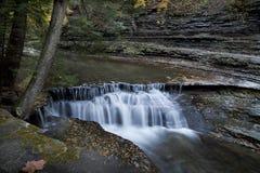 在石溪的秋天瀑布 免版税图库摄影