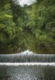 在石灰岩石,康涅狄格的三文鱼小河 免版税库存图片