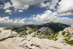 在石灰石山上的多云天空 免版税库存图片