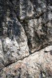 在石灰石岩石的有角度的凹线 免版税库存图片