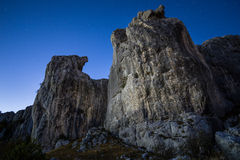 在石灰石峭壁上的夜 库存照片