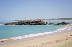 在石灰石海岸区域的岩层 免版税库存照片