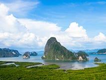 在石灰石石灰岩地区常见的地形山海蓝天白色云彩附近使丰富的自然热带美洲红树森林潮间带的森林环境美化 免版税库存图片